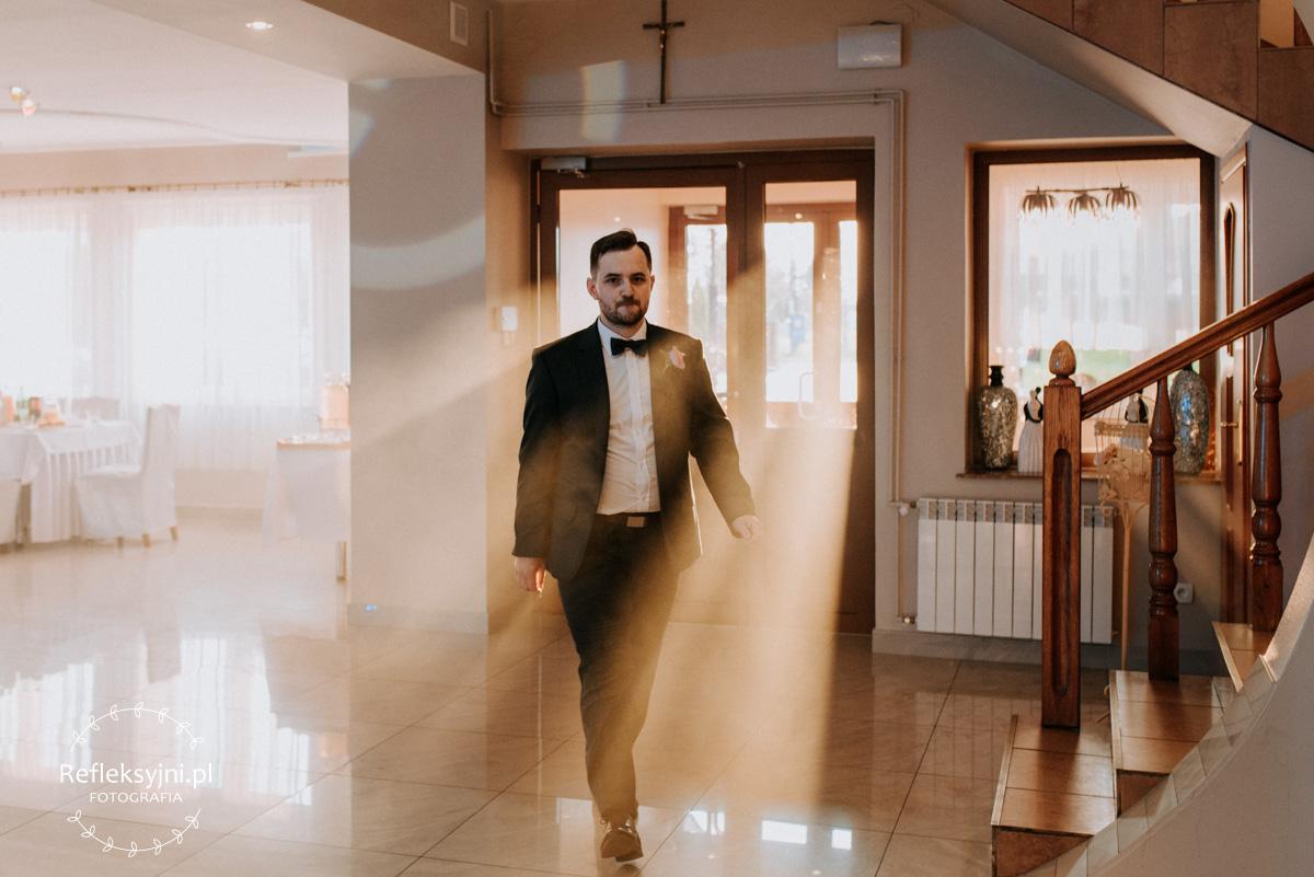 Pan Młody idący przez salę