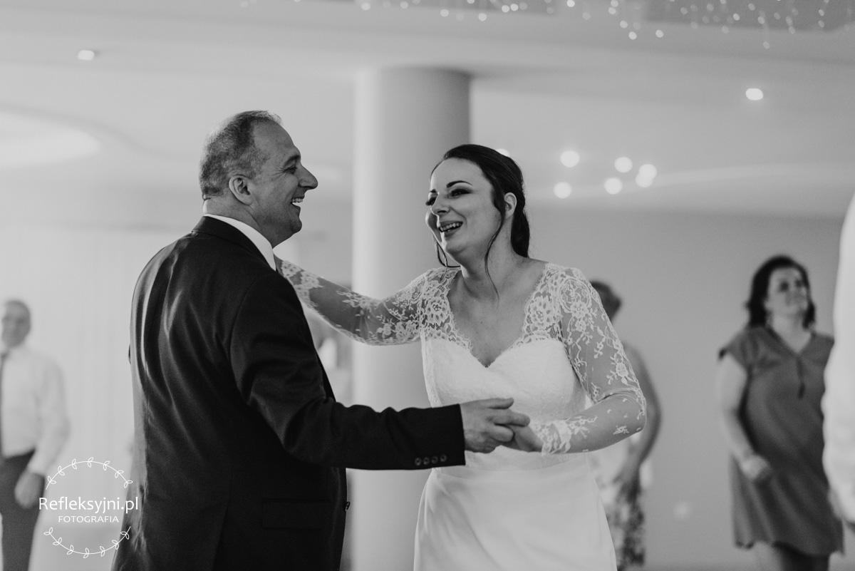 Pani Młoda tańcząca z gościem na weselu