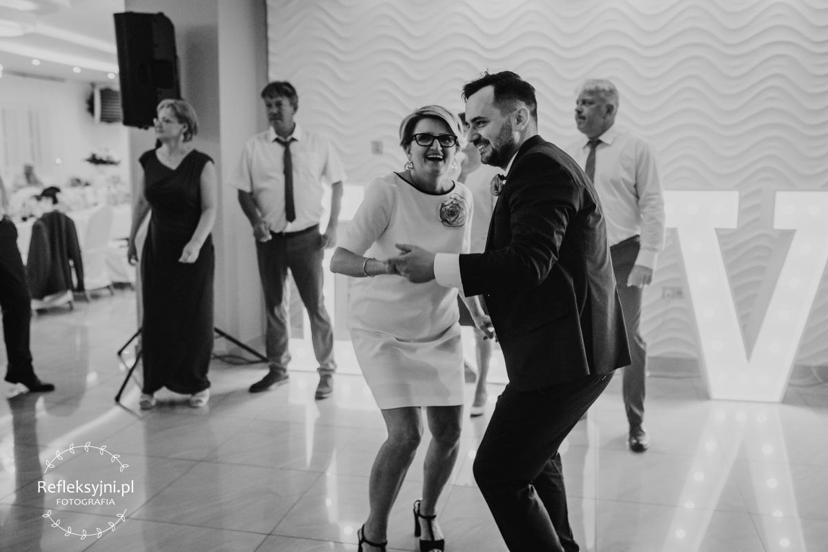 Pan Młody tańczący z Mamą na weselu