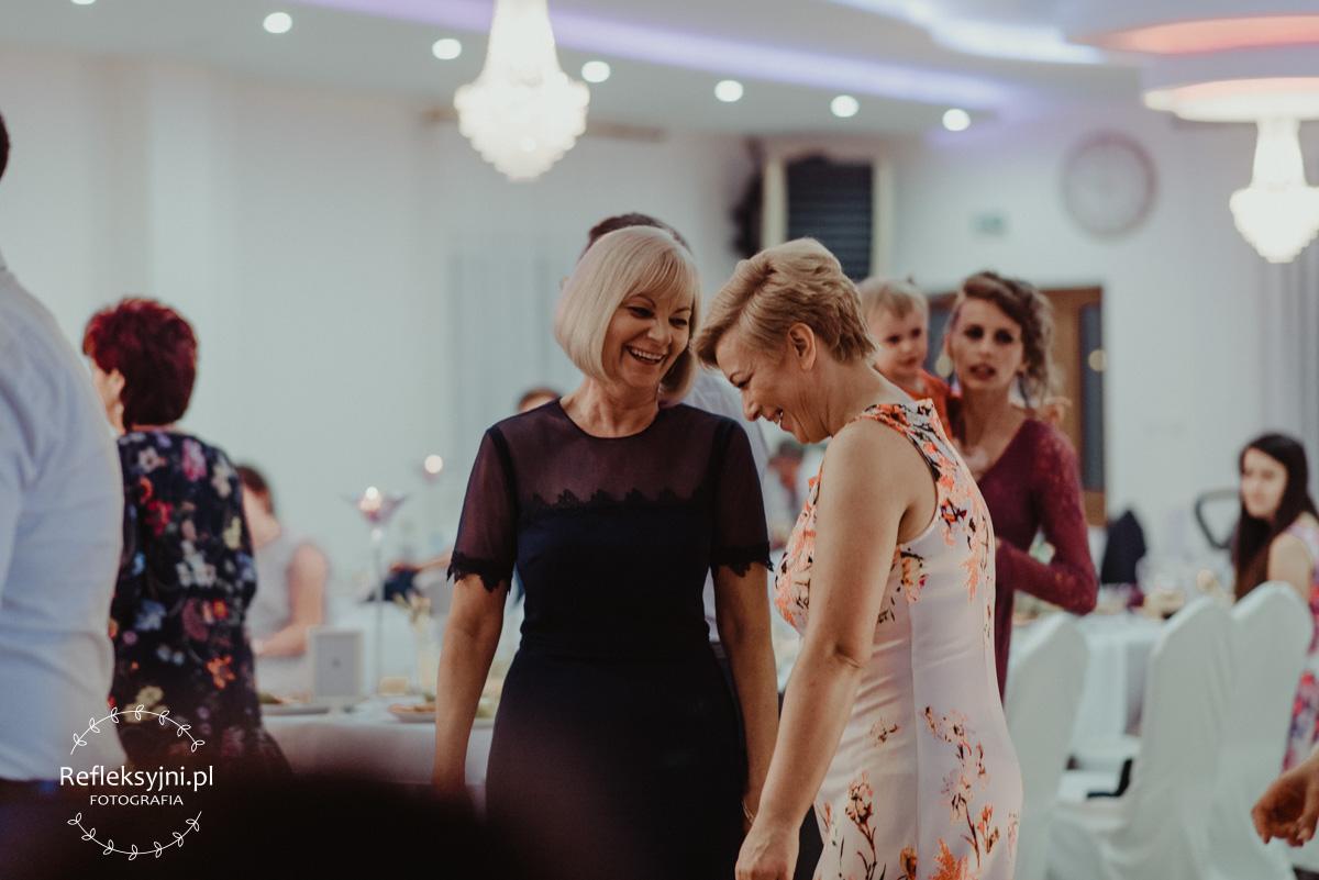 Panie rozmawiające i śmiejące się na weselu