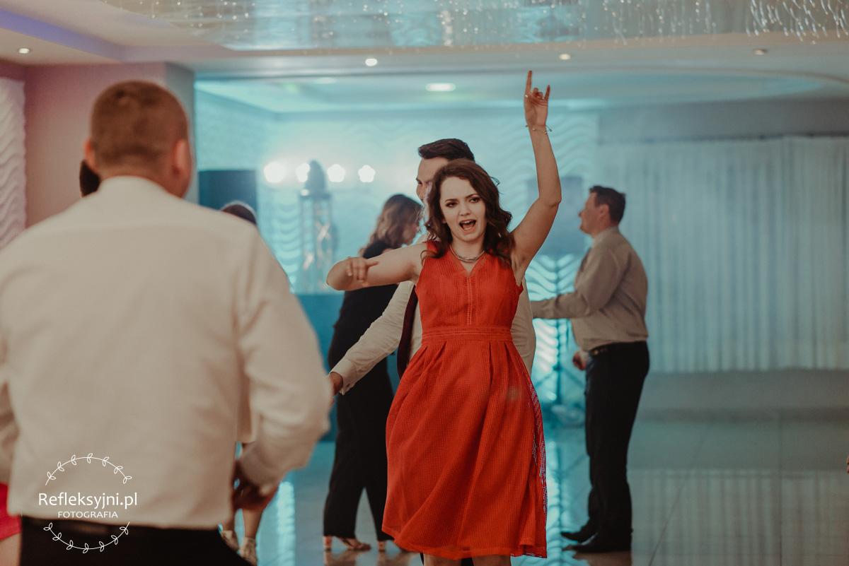 Pani Świadek tańcząca i śpiewająca na weselu