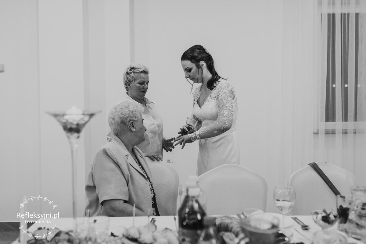 Pani Młoda pokazująca obrączkę ślubną dwóm Paniom
