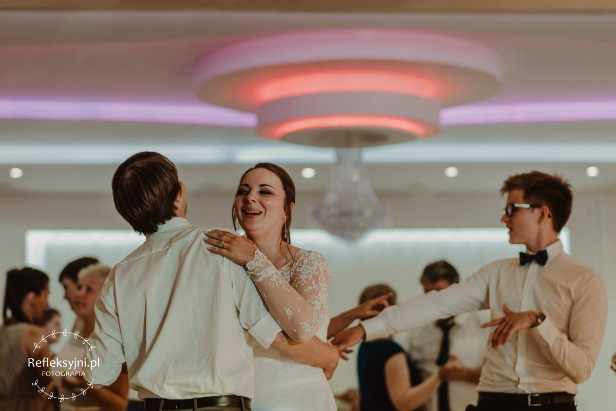 Tańczący goście weselni z Panią Młodą