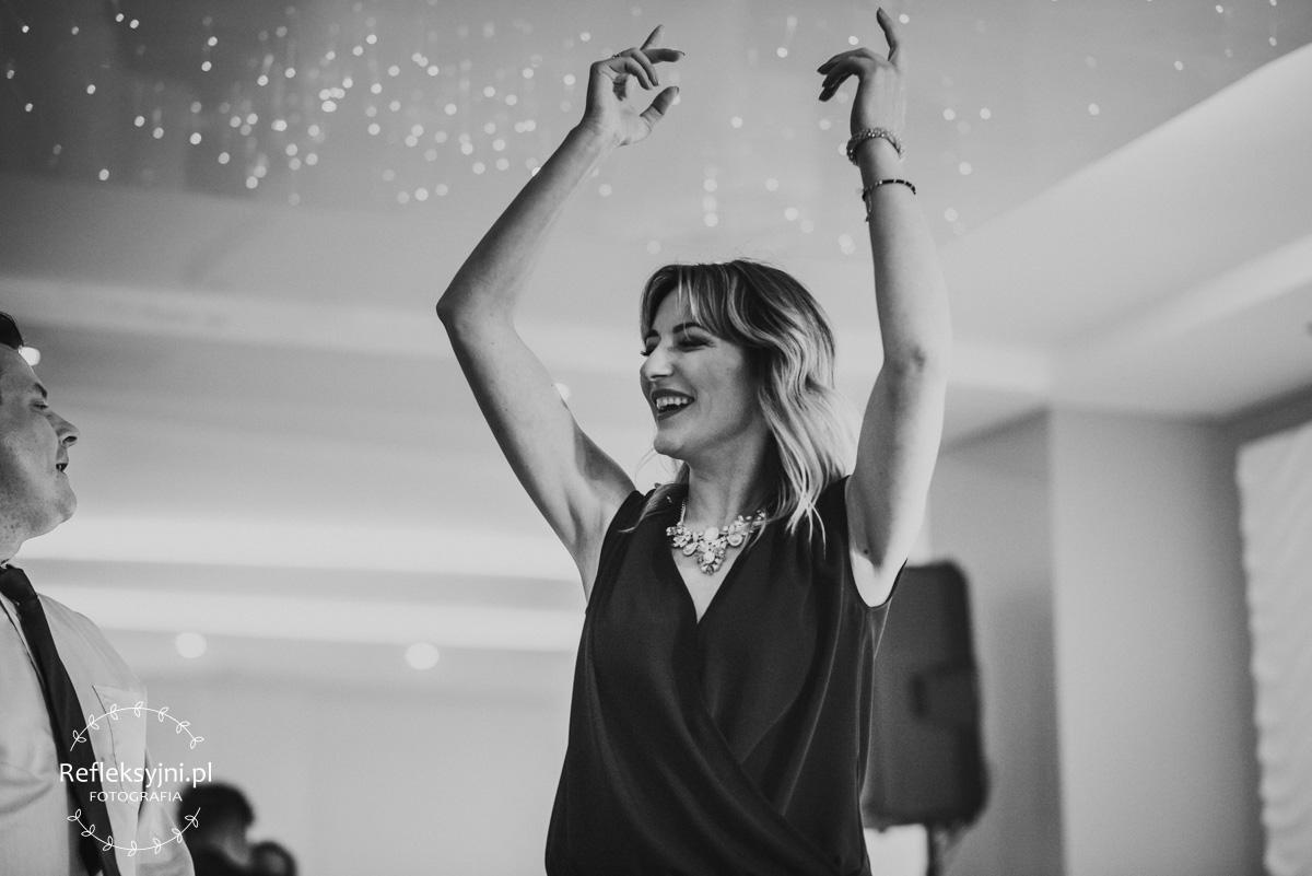 Uśmiechnięta Pani podczas tańca