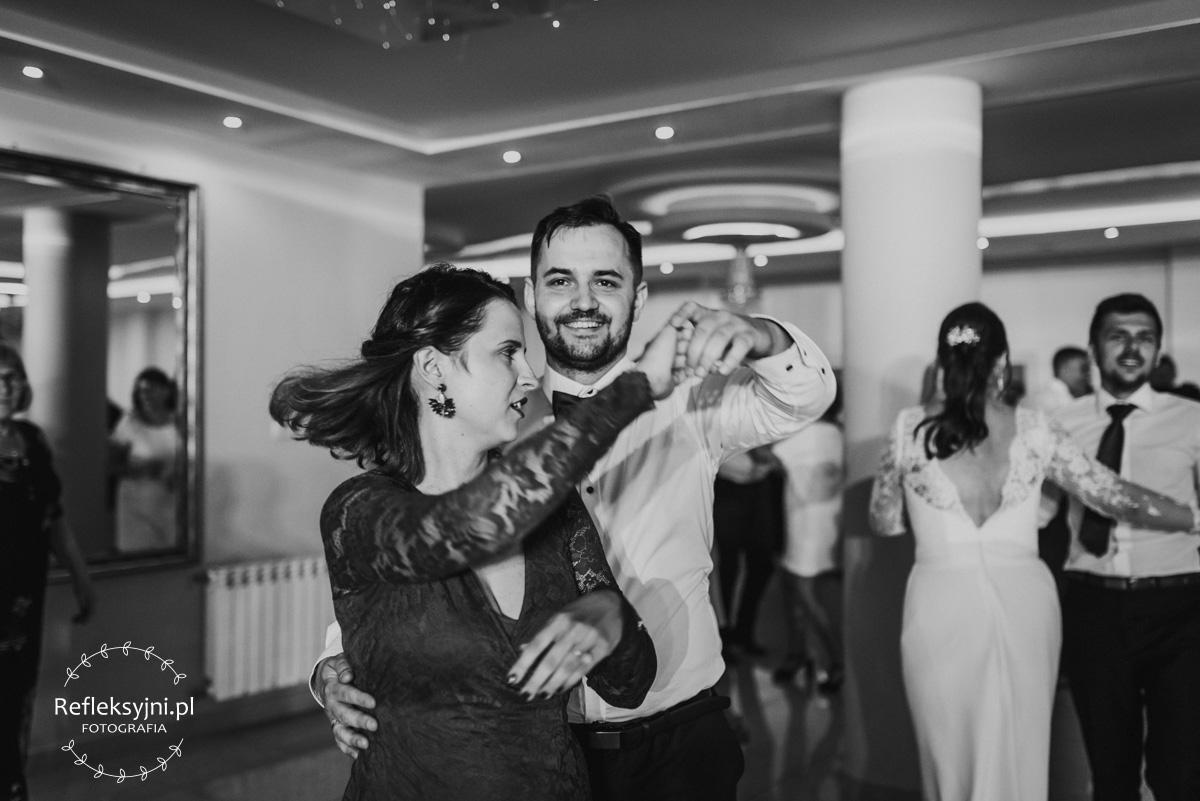 Pan Młody tańczący z Panią podczas imprezy weselnej