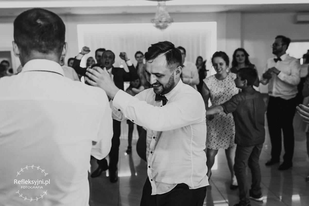 Tańczący na weselu Pan Młody