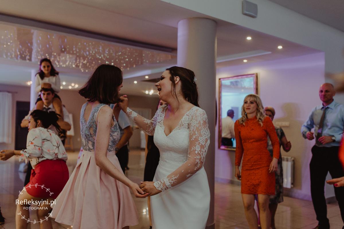 Tańczący na weselu goście weselni z Panną Młodą