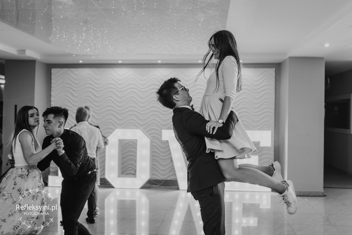Tańczący na weselu goście weselni.