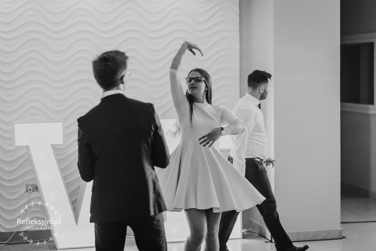 Goście weselni podczas tańca