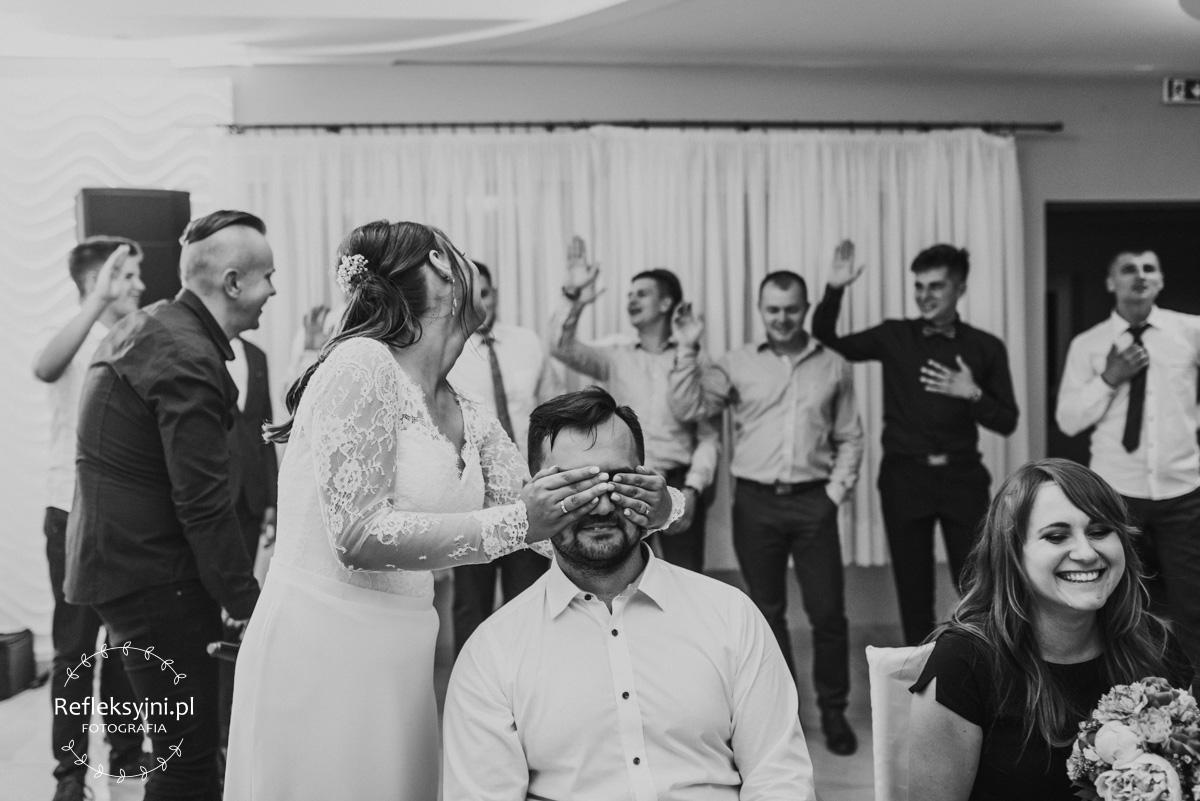 Przysięga gości podczas zabawy na oczepinach