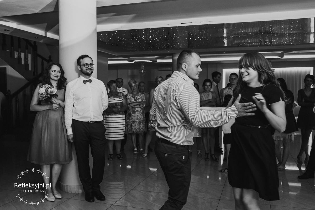 Goście weselni podczas zabawy oczepinowej