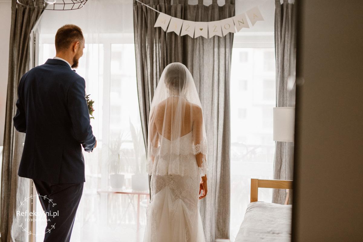 Obraz przedstawia Panią Młodą w sukni ślubnej i welonie