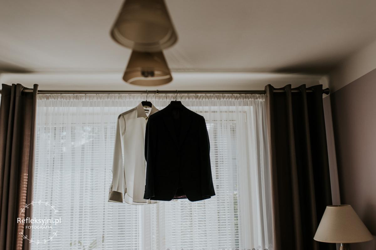 Garnitur ślubny zawieszony w pokoju