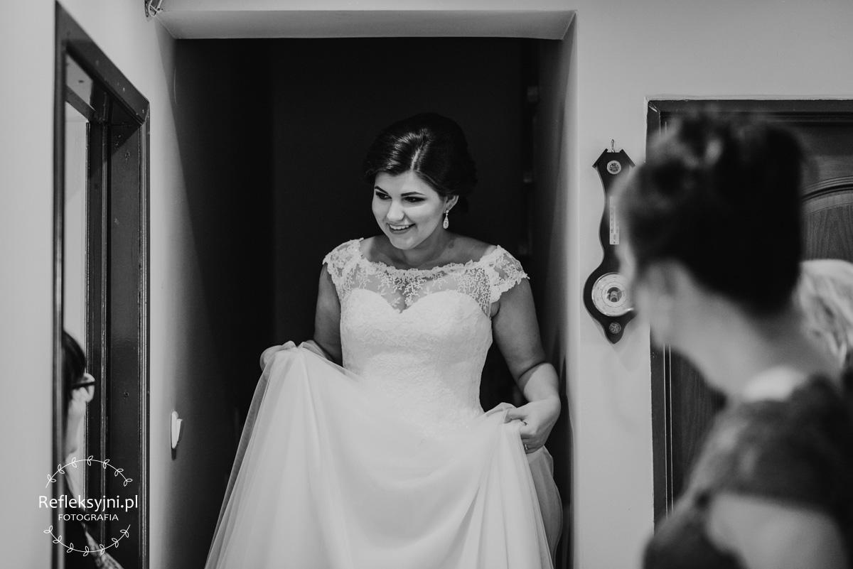 Pani Młoda podczas przygotowań do ślubu schodząca po schodach