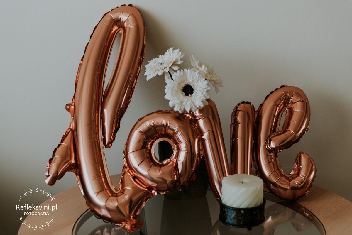 Dekoracje ślubne - napis love z balonu