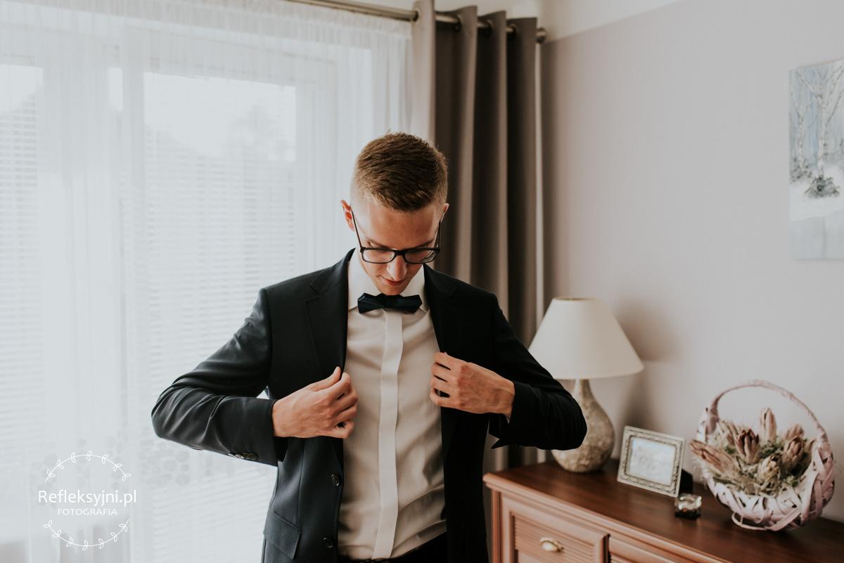 Pan Młody podczas przygotowań do ślubu zakładka garnitur