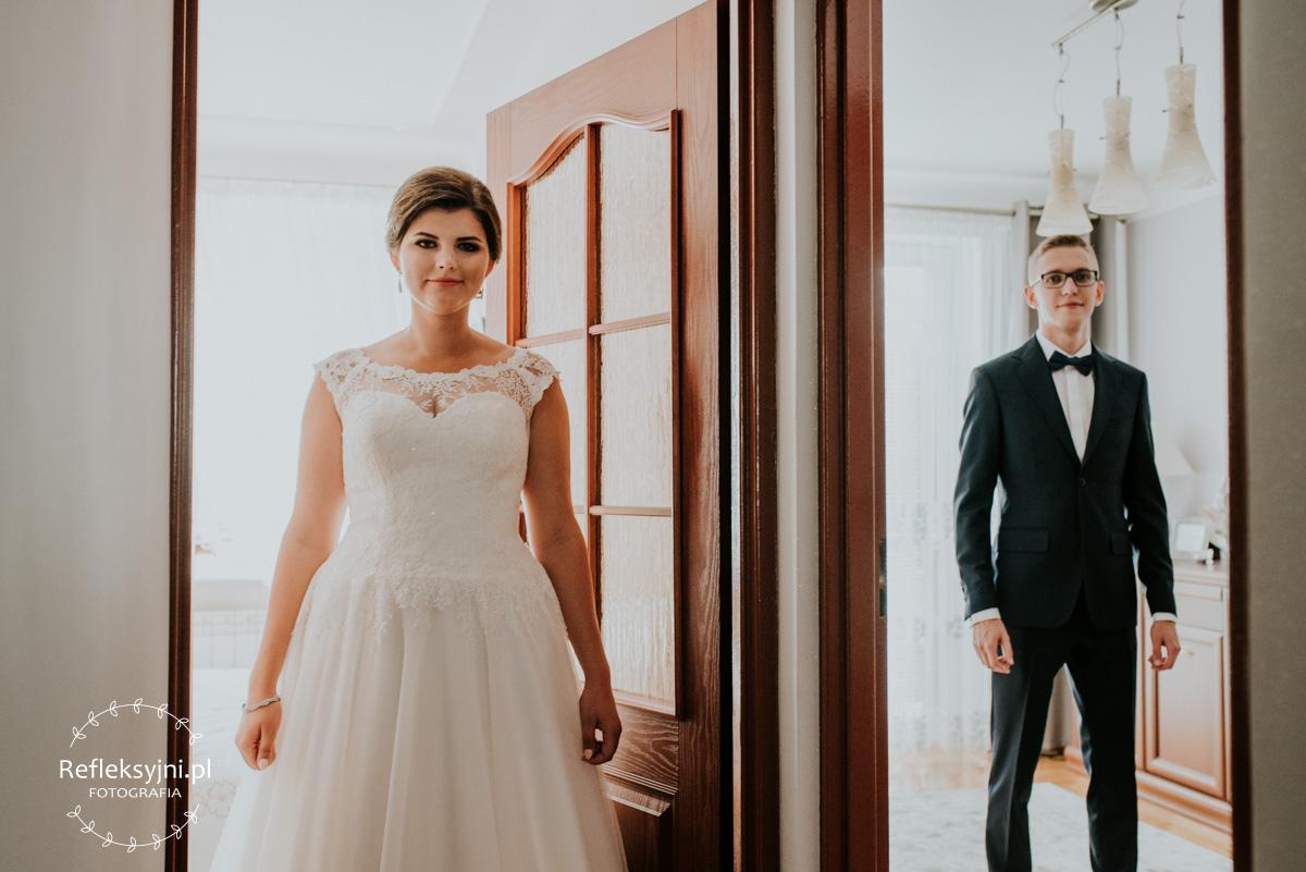 Państwo młodzi podczas przygotowań do ślubu