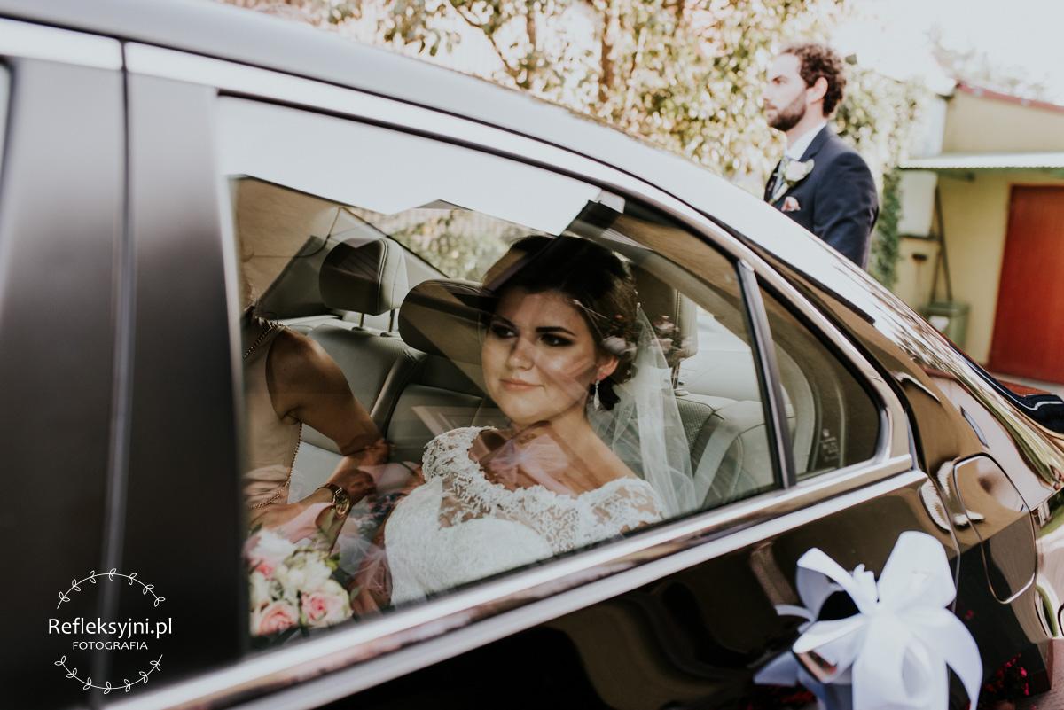 Pani Młoda siedząca w samochodzie ślubnym
