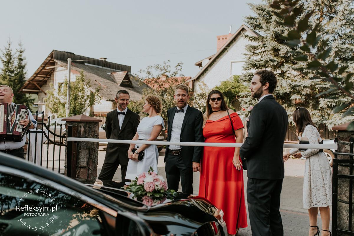 Goście weselni tworzą bramę ślubną