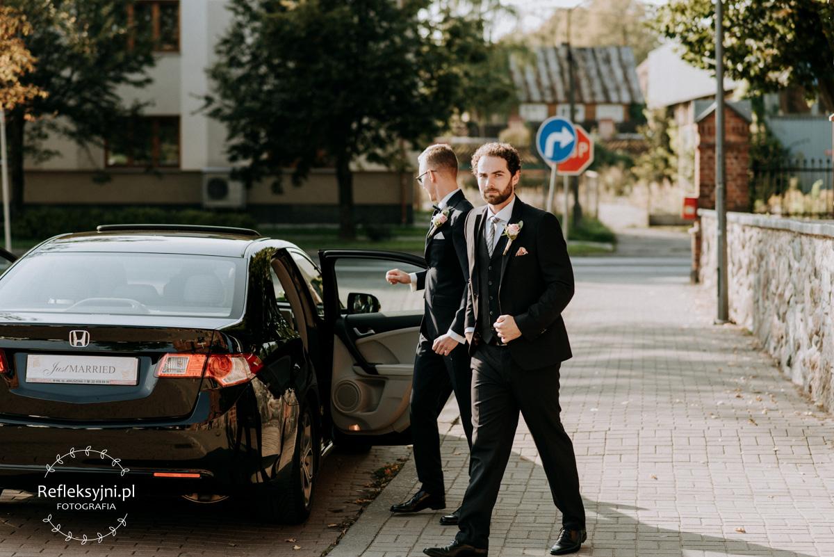 Idący świadek weselny