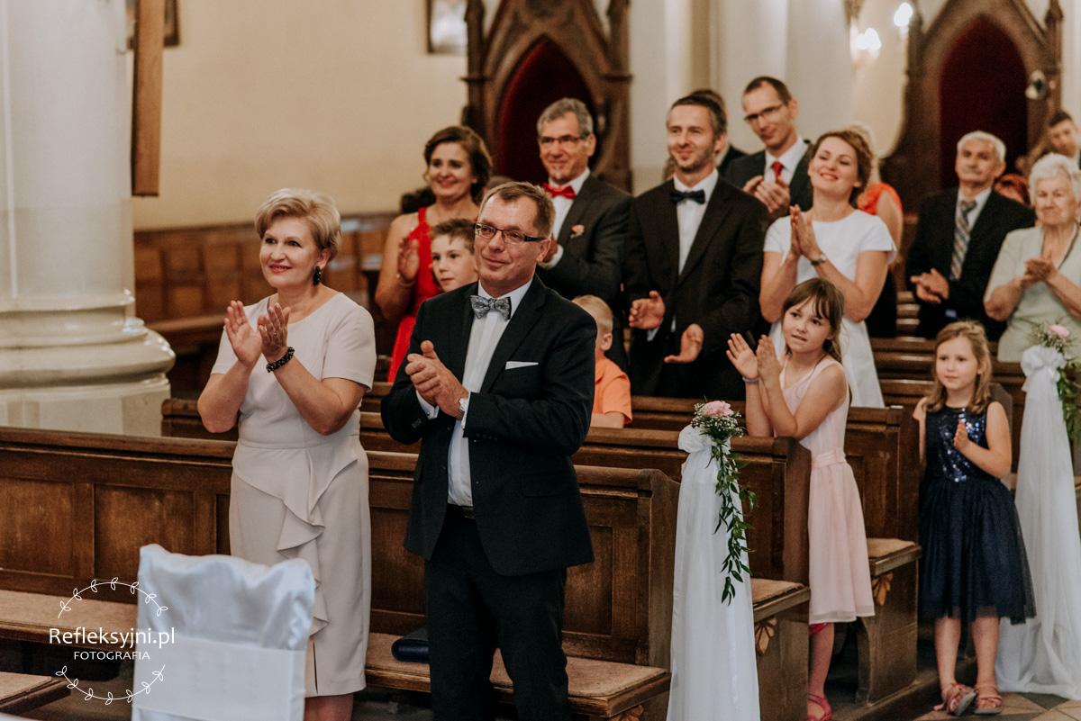 Goście bijący brawo w Kościele