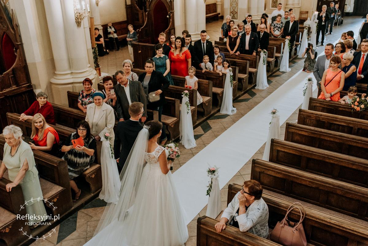 Para młoda podczas wychodzenia z Kościoła