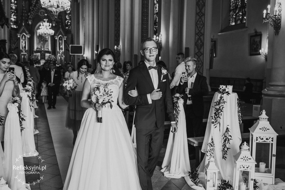 Para młoda podczas wychodzenia z Kościoła i konfetti