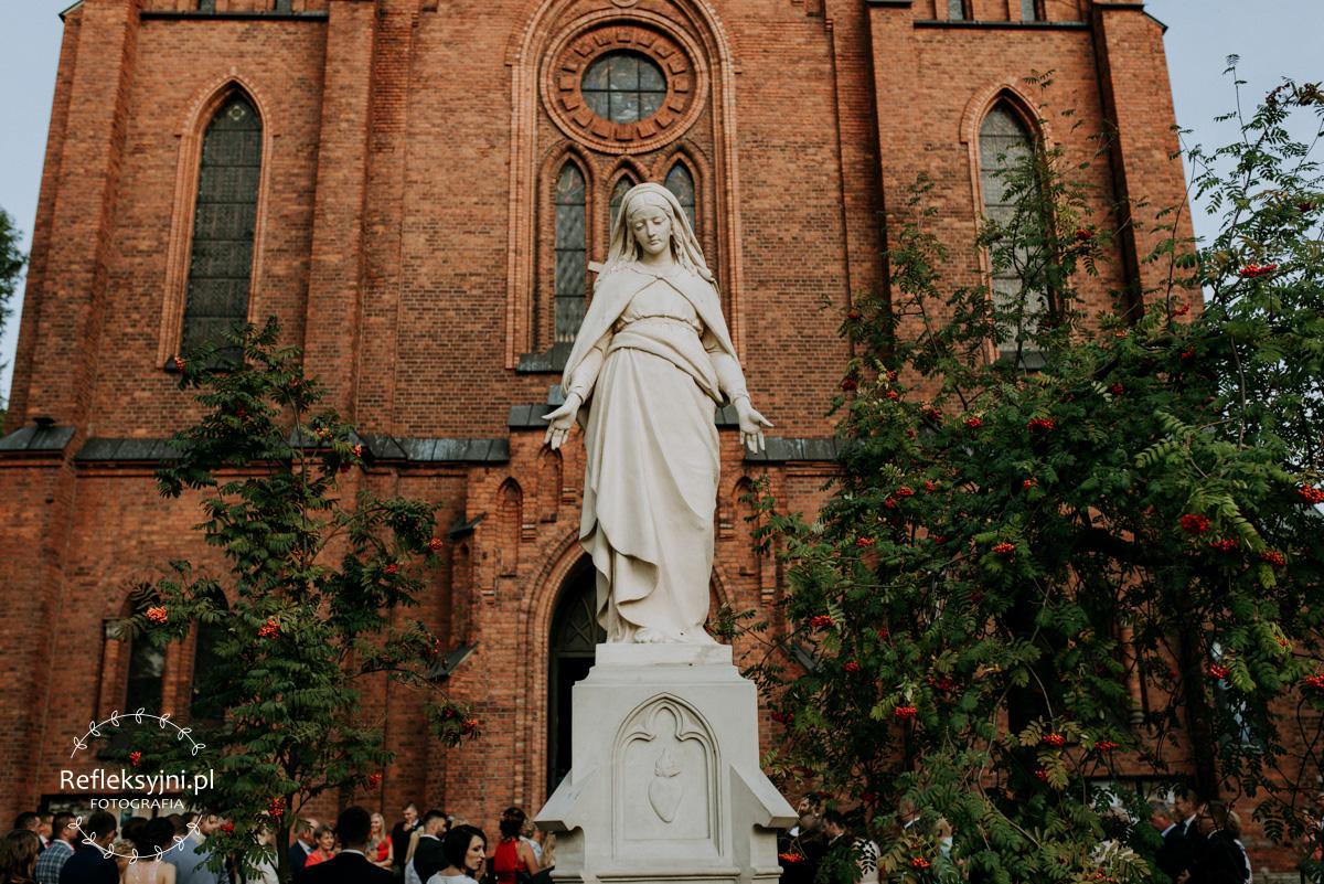Pomnik Maryi przed Kościołem