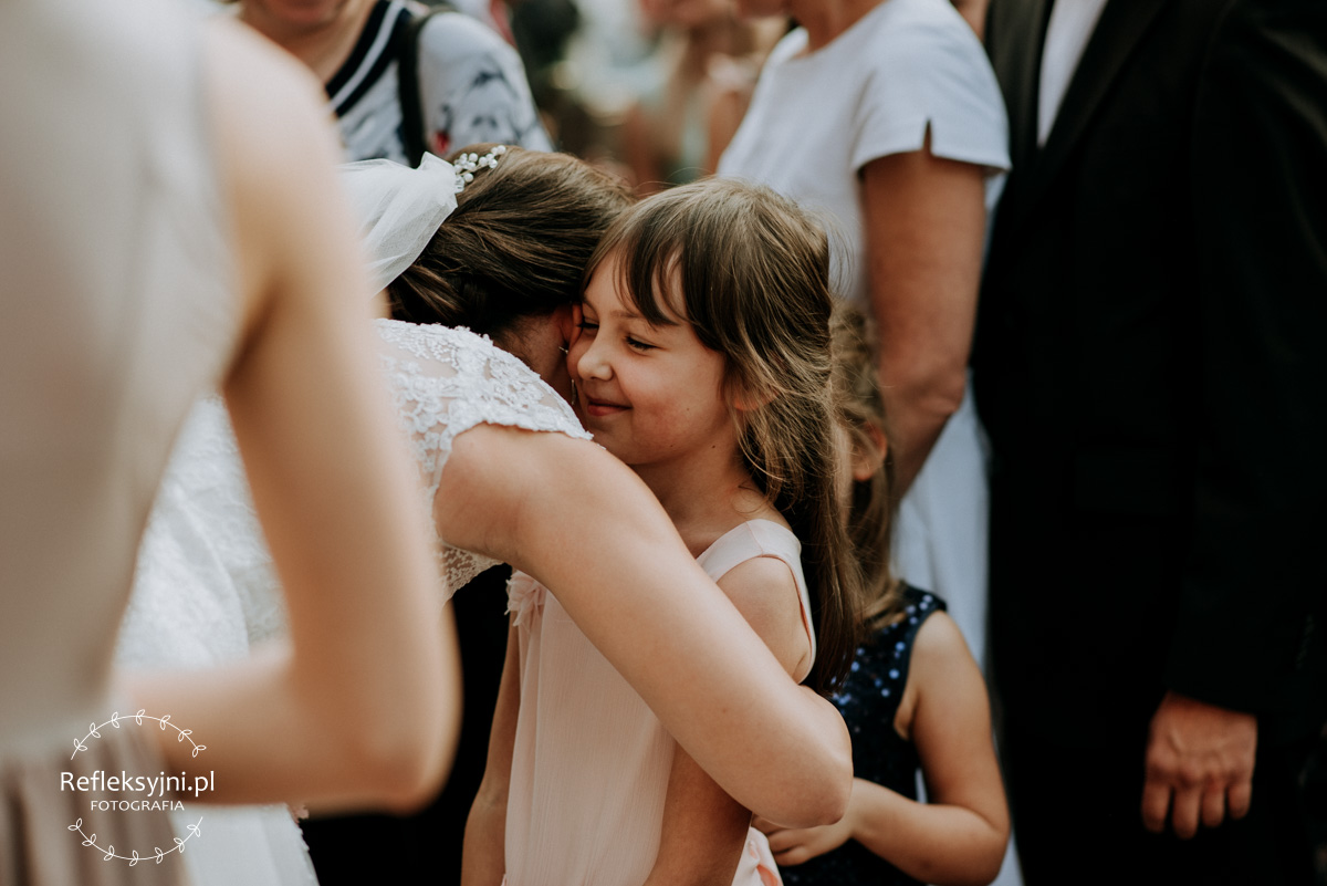 Pani Młoda przytula dziecko