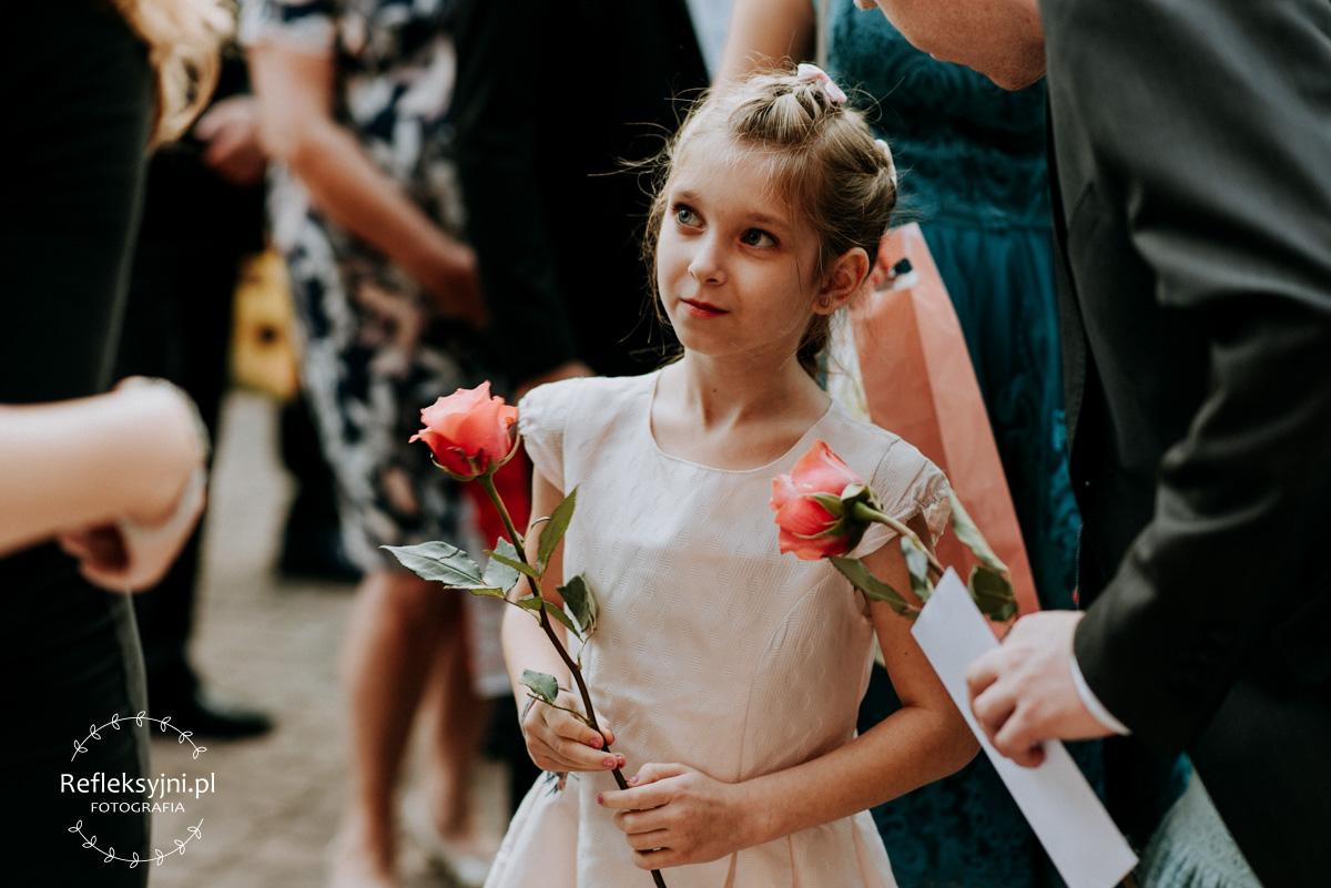 Dziewczynka stojąca z różą