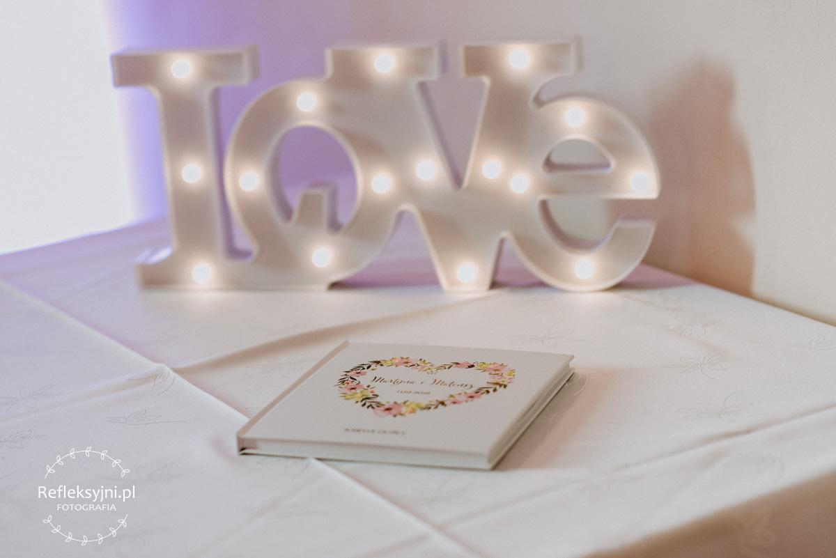 Detale ślubne napis love i księga gości