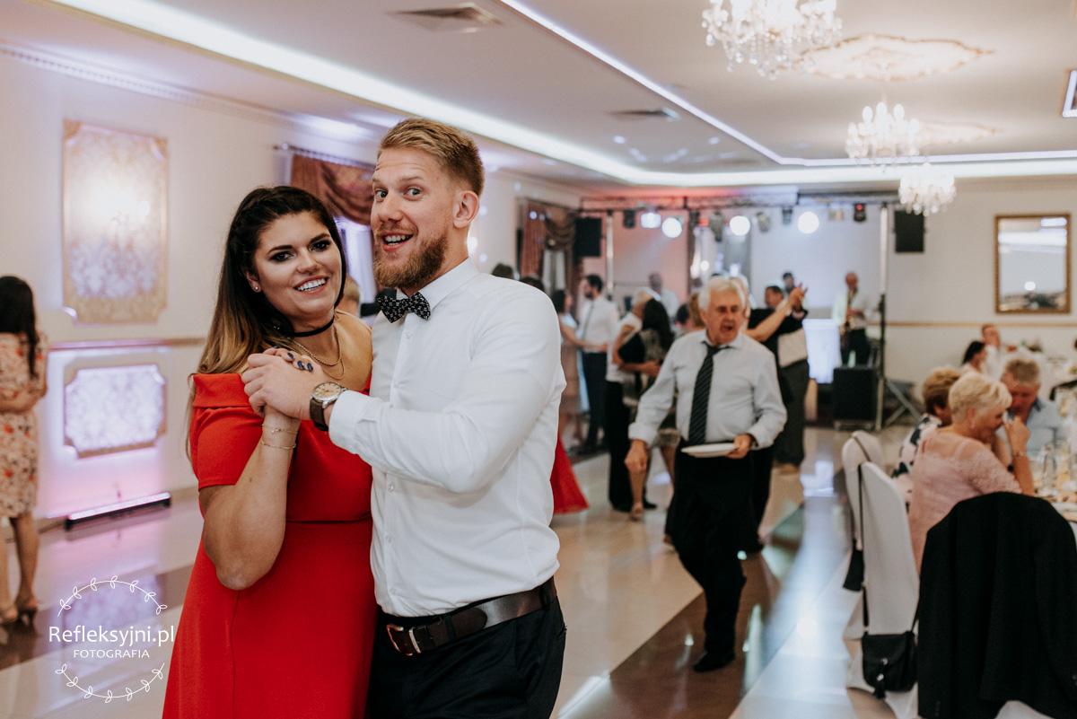 Goście weselni podczas zabawy weselnej