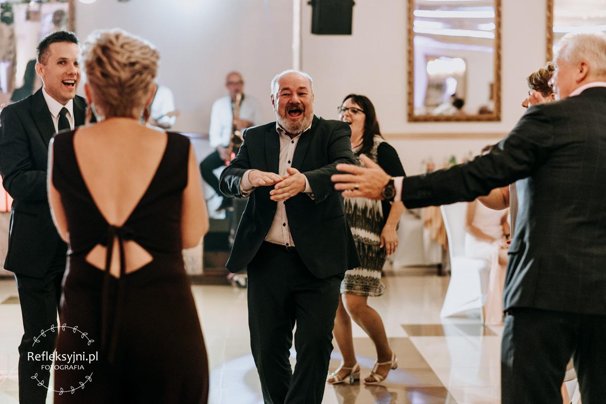 Pan tańczący na weselu