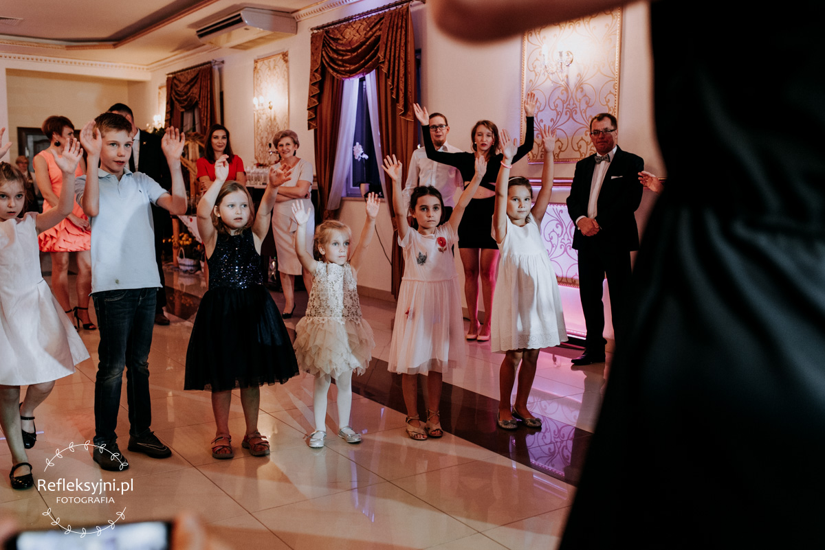 Dzieci na zabawie weselnej