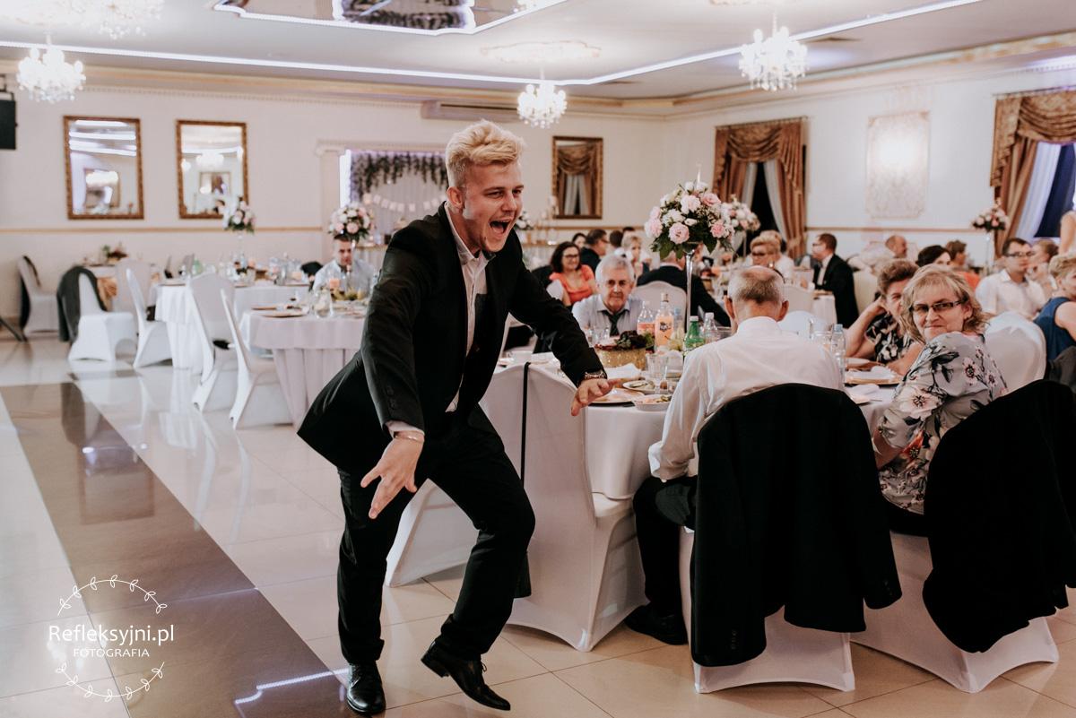 Tańczący gość na weselu