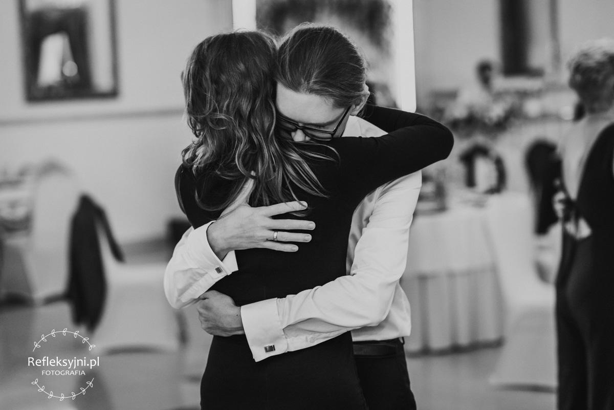 Na zdjęciu para podczas imprezy weselnej