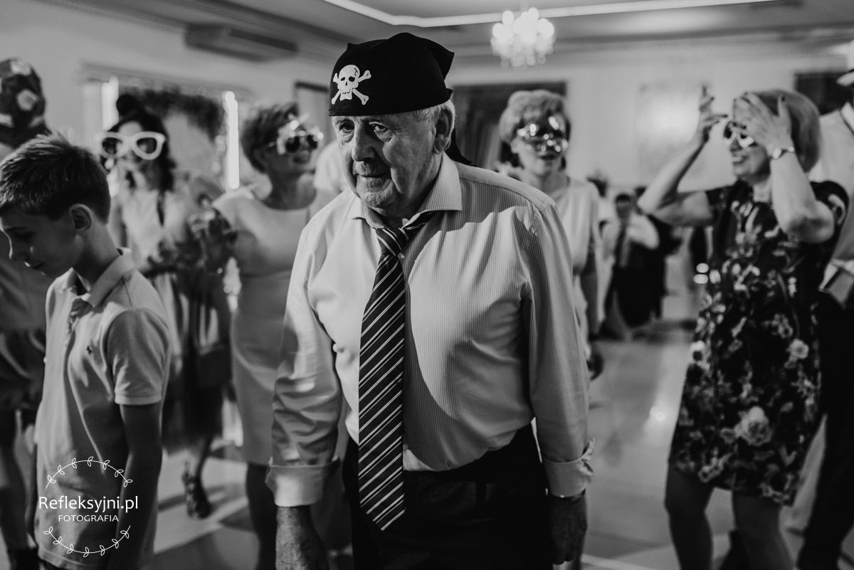 Starszy Pan w przebraniu pirata podczas zabawy weselnej