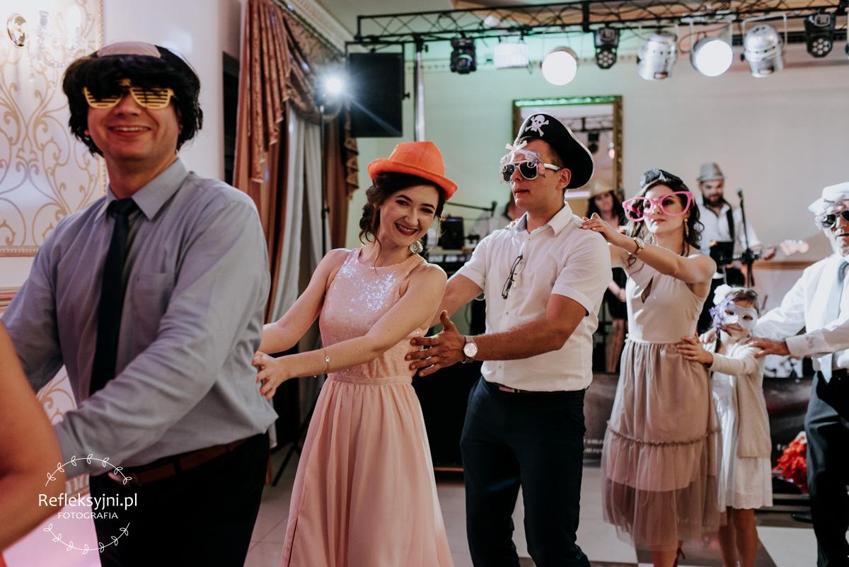 Państwo Młodzi i Goście weselni podczas zabawy weselnej