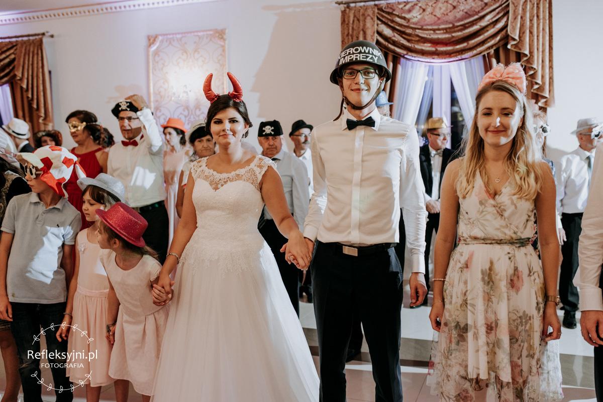Państwo Młodzi i Goście weselni podczas oczepin ślubnych