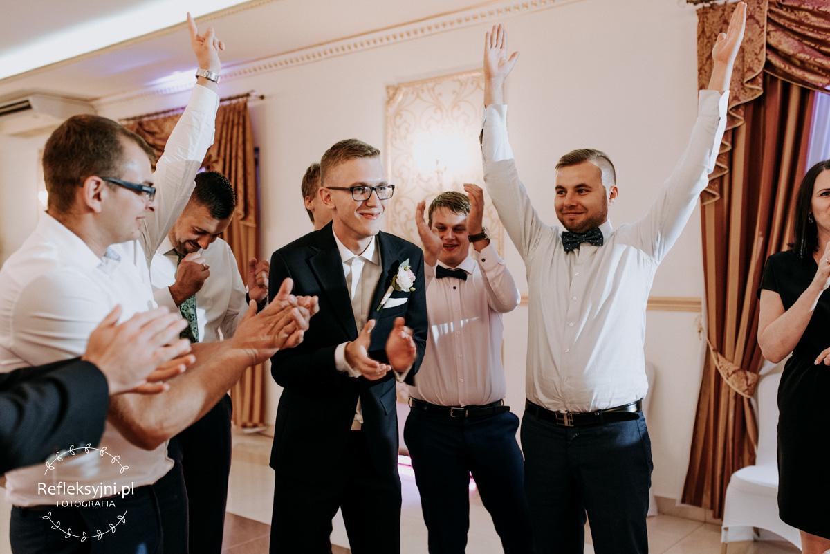 Goście weselni podczas oczepin ślubnych