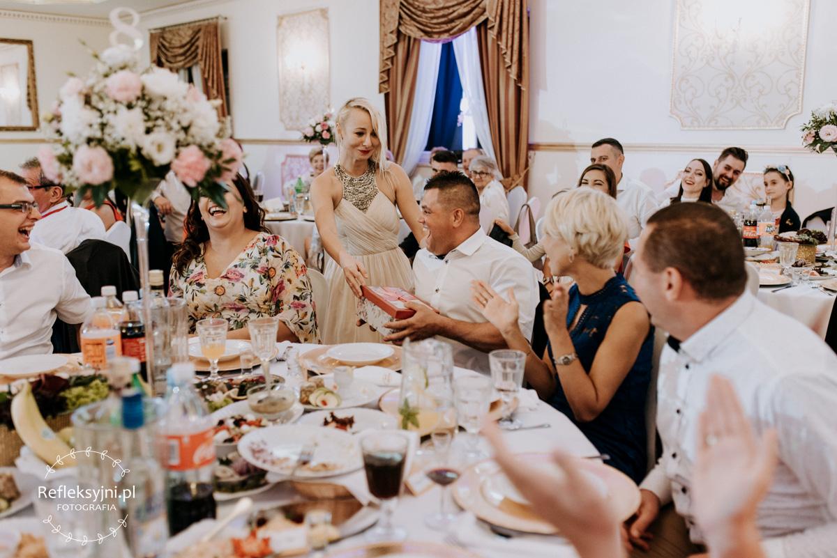 Goście weselni podczas oczepin