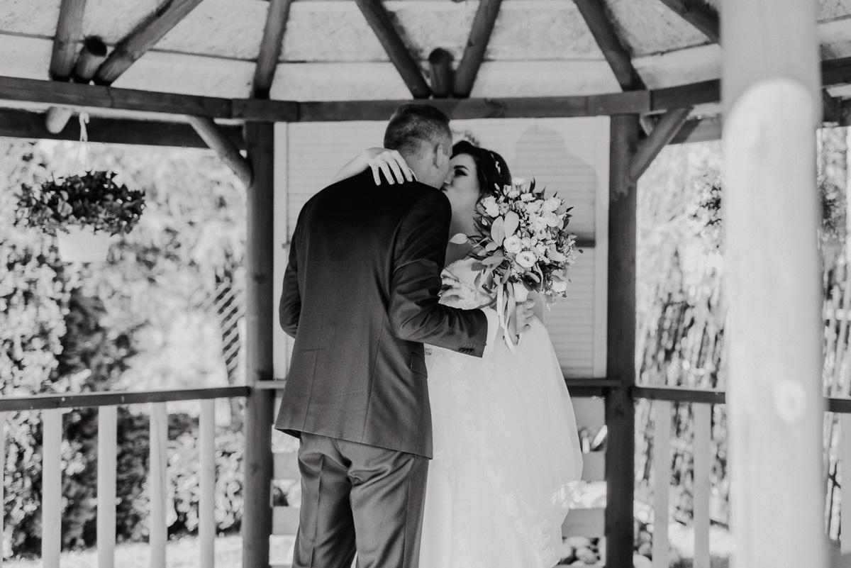 First look pierwszy pocałunek Pary Młodej w drewnianej altanie