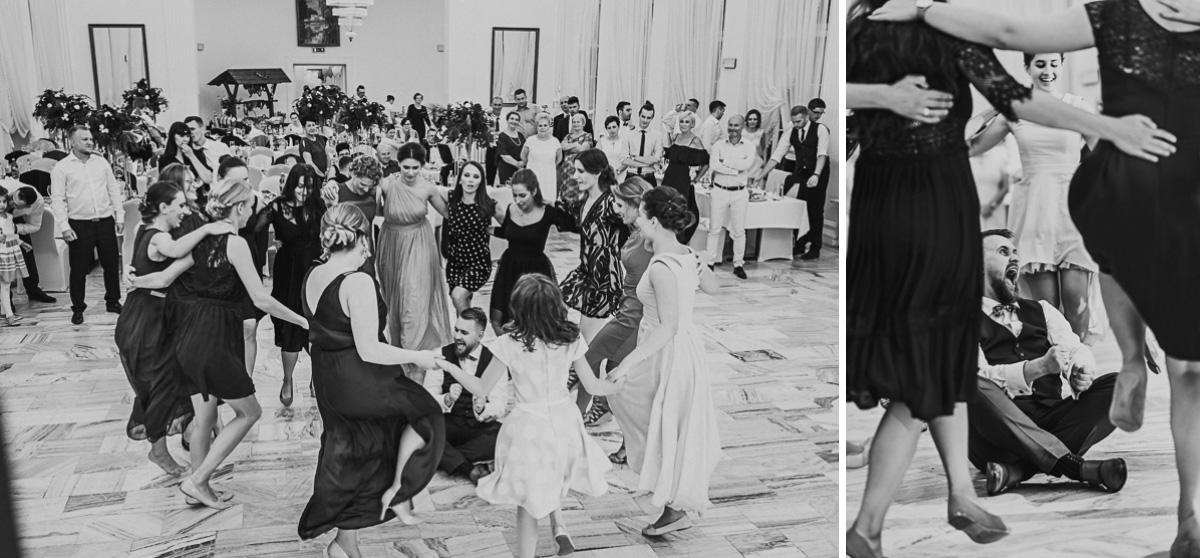 Pan Młody siedzi na podłodze wokół tańczące kobiety