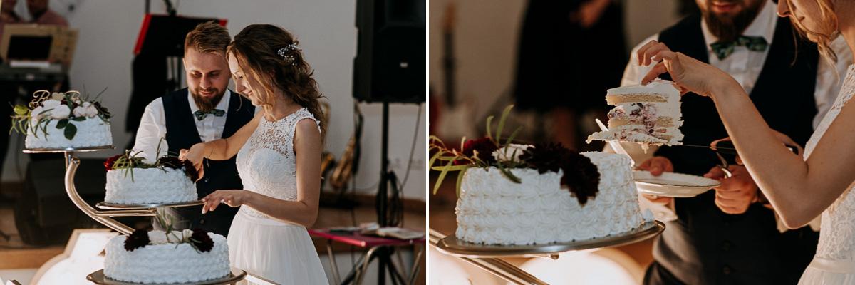 Państwo Młodzi kroją tort