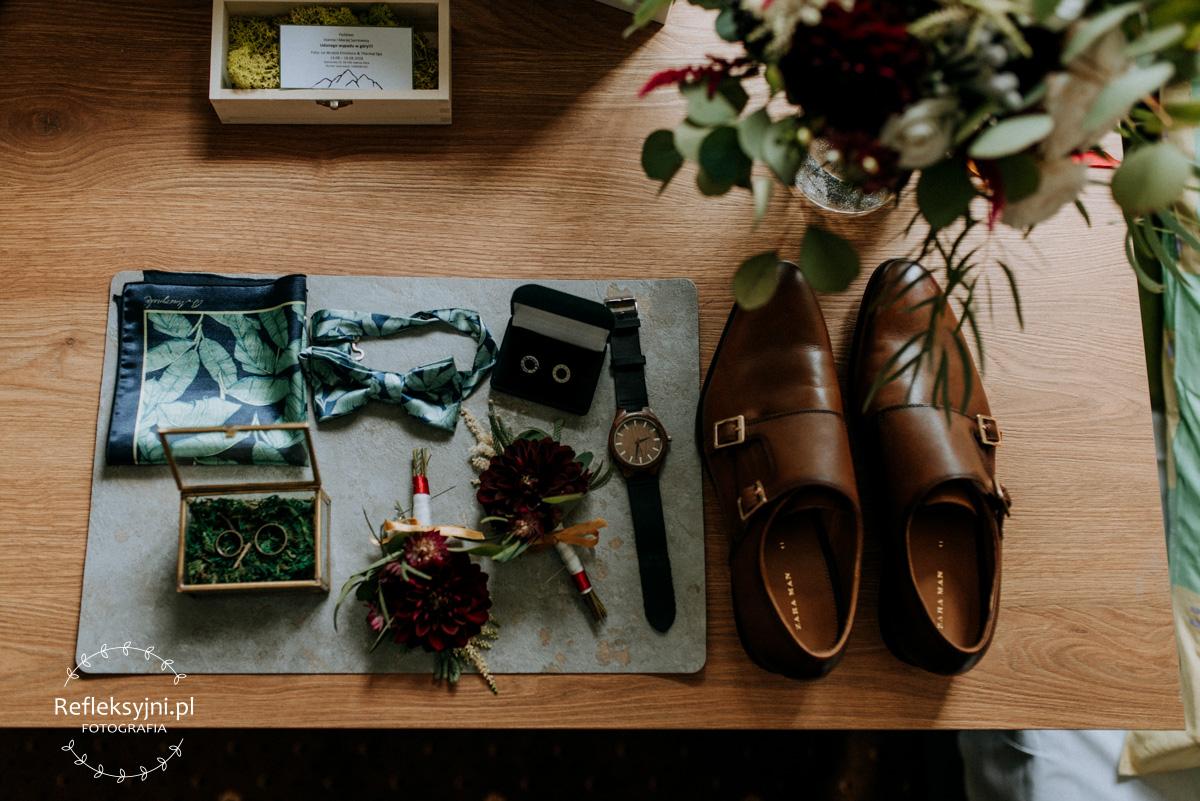 Drewniane buty, butonierki, zegarek, mucha, obrączki i butonierka