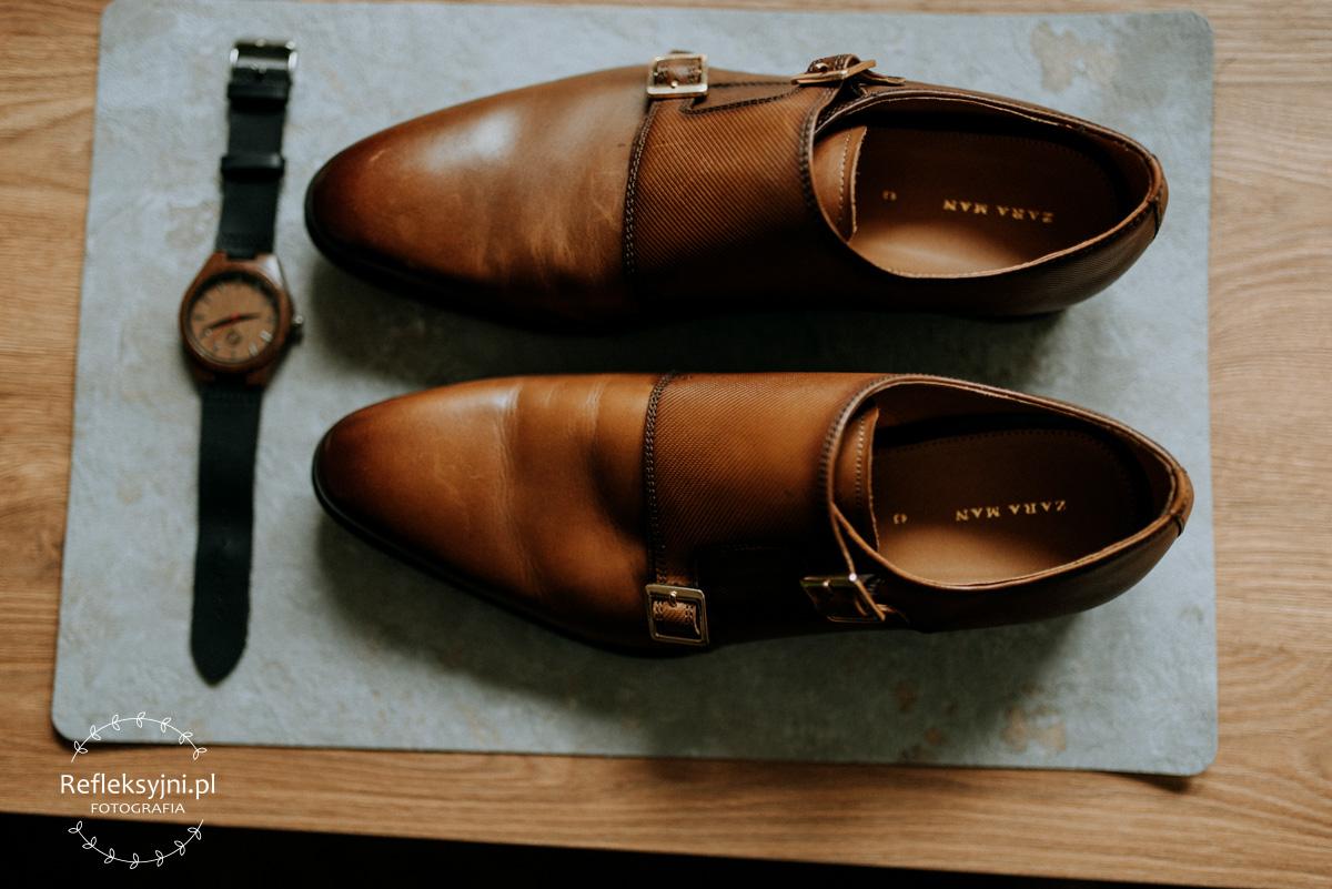 Brązowe buty i zegarek