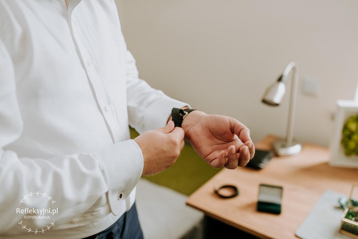 Pan Młody zakłada zegarek