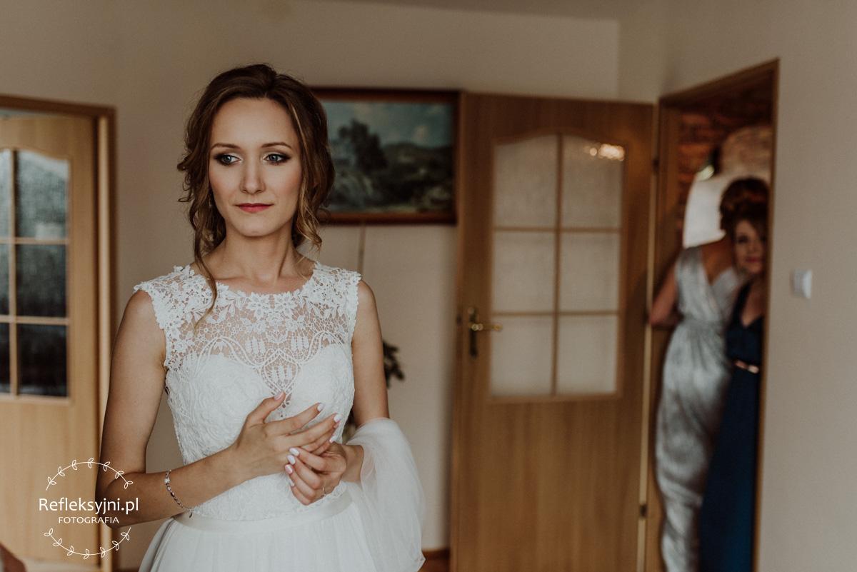 Pani Młoda w białej sukni z koronkami