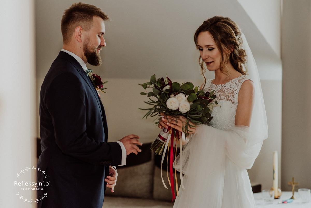 Pani Młoda po raz pierwszy widzi swój bukiet ślubny