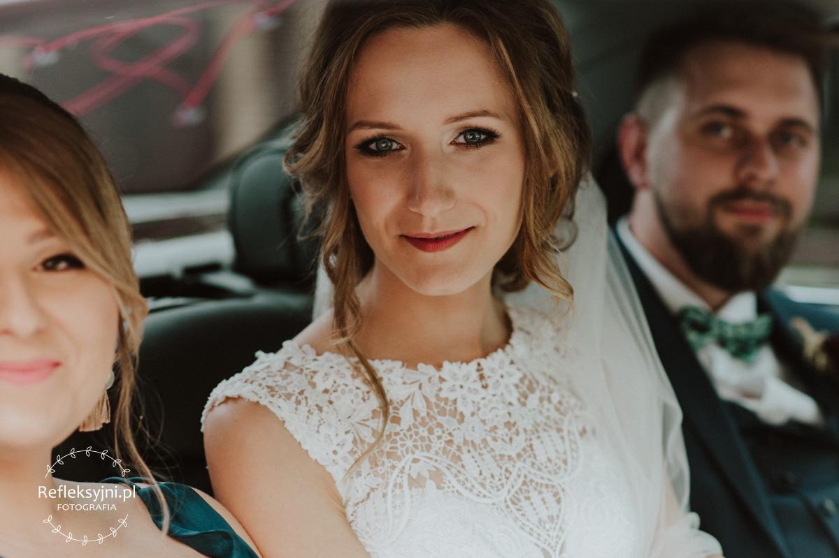 Pani Młoda siedzi w samochodzie weselnym